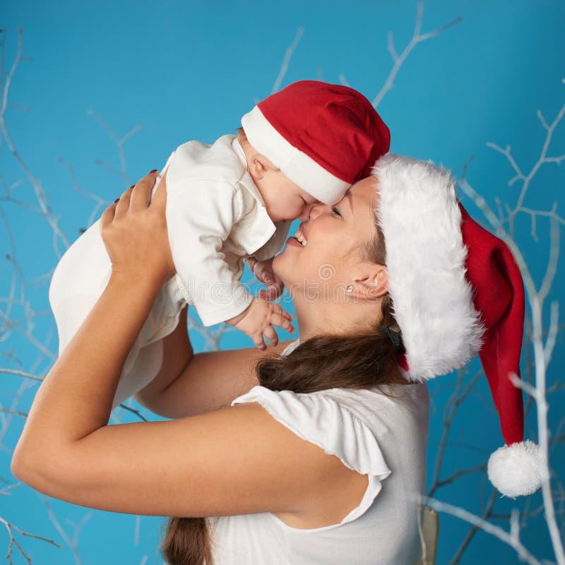 有她的甜婴孩的年轻母亲 库存图片