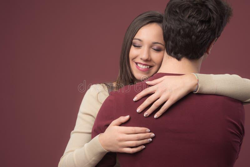 有她的男朋友的微笑的女孩 库存图片