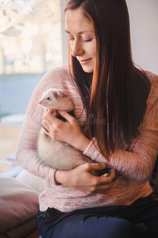 有她的白鼬的少妇在咖啡馆 库存图片