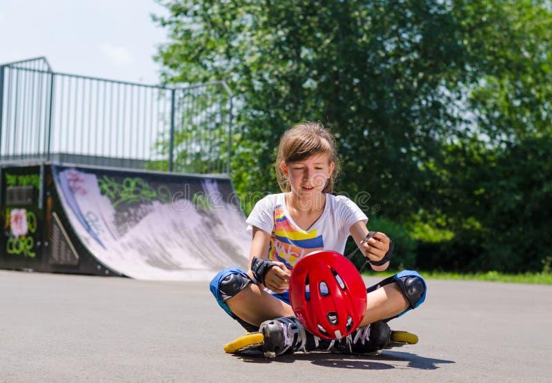 有她的盔甲的年轻少年四轮溜冰者 免版税库存图片