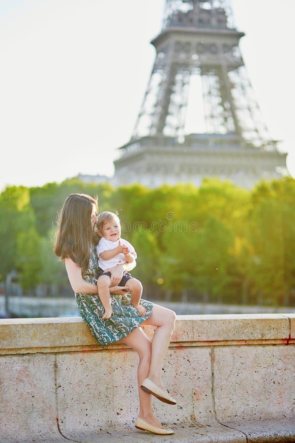 有她的美丽的年轻母亲可爱在巴黎,法国 免版税库存图片