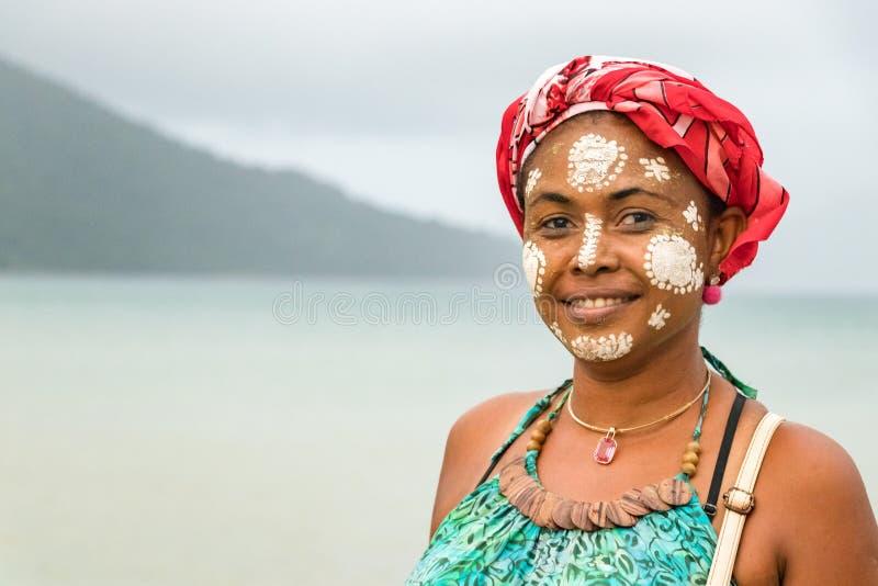 有她的被绘的面孔的马达加斯加人的妇女,Vezo-Sakalava传统,贝岛,马达加斯加 免版税库存图片