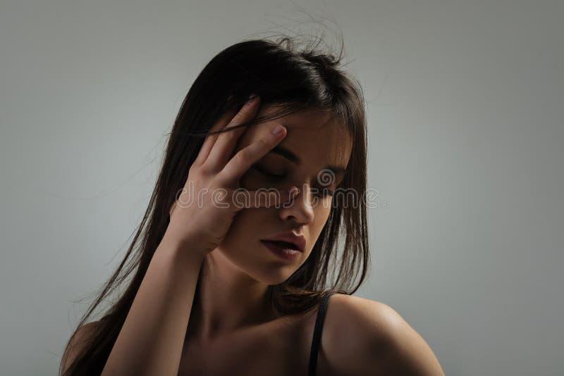 有她的闭上的眼睛的认真少妇 库存照片