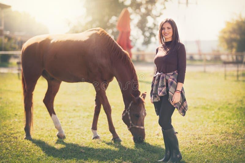 有她的马的美丽的年轻女人 库存图片