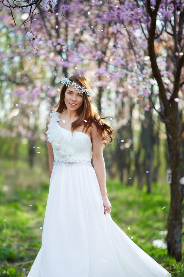 有她的头发的新娘在春天庭院里 免版税图库摄影