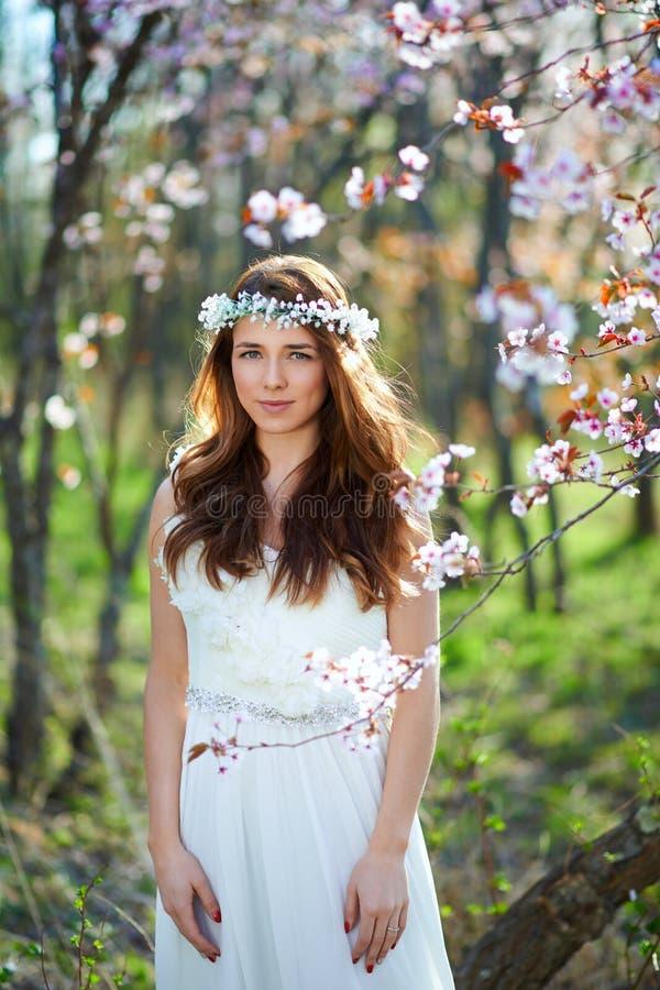 有她的头发的新娘在春天庭院里 免版税库存图片