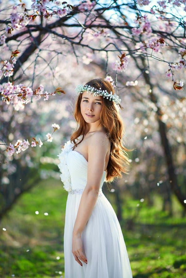 有她的头发的新娘在春天庭院里 库存照片