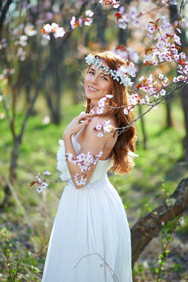 有她的头发的新娘在春天庭院里 库存图片