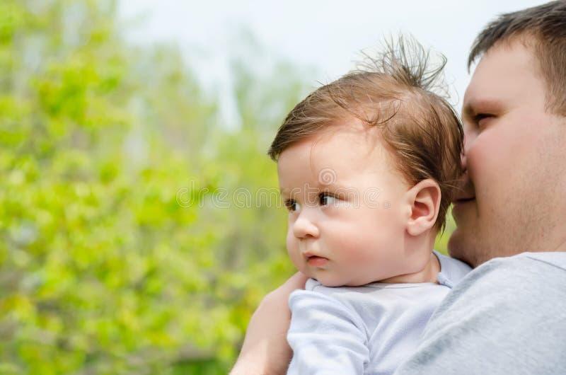 有她的婴孩的愉快的年轻父亲 免版税库存照片