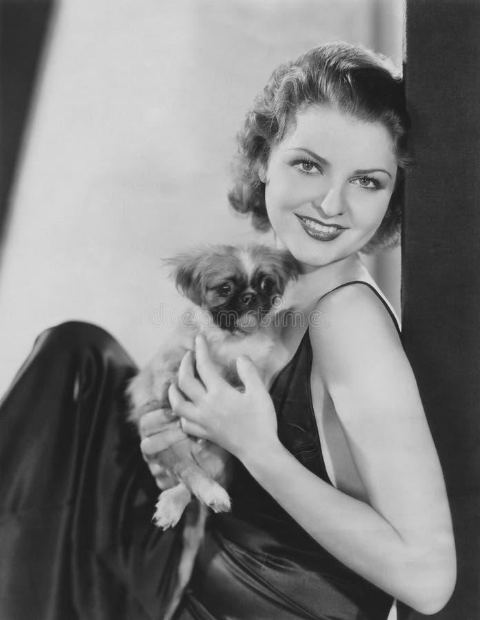 有她的pekingese小狗的俏丽的妇女 图库摄影