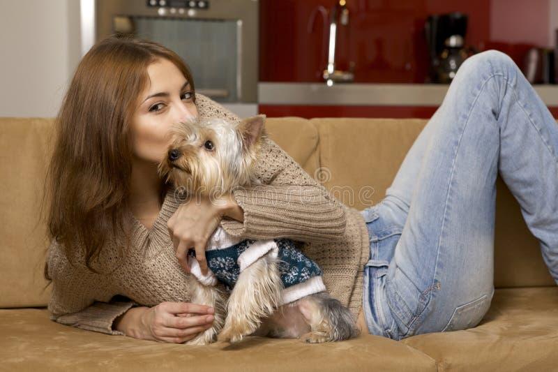 有她的Yorkie小狗的逗人喜爱的女孩 免版税库存图片