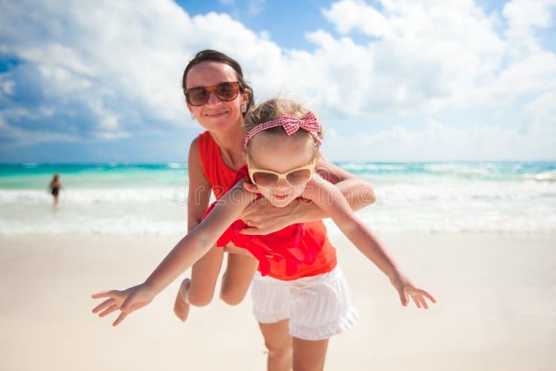 有她逗人喜爱的女儿的母亲享受假日 库存图片