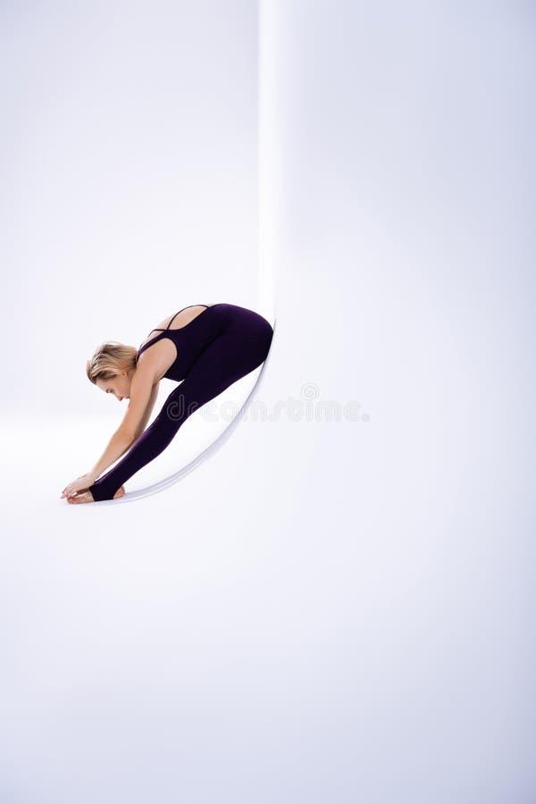 有好灵活的适合的妇女芭蕾舞蹈艺术训练 免版税库存图片