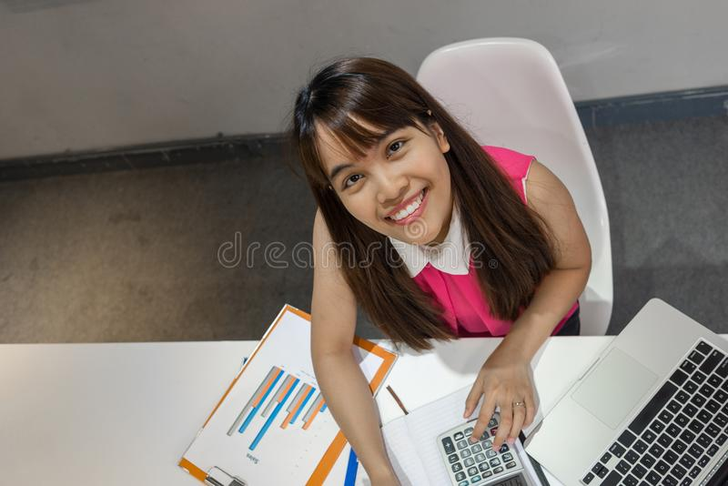有好的微笑的亚裔dumple女勤杂工在工作场所 免版税库存图片