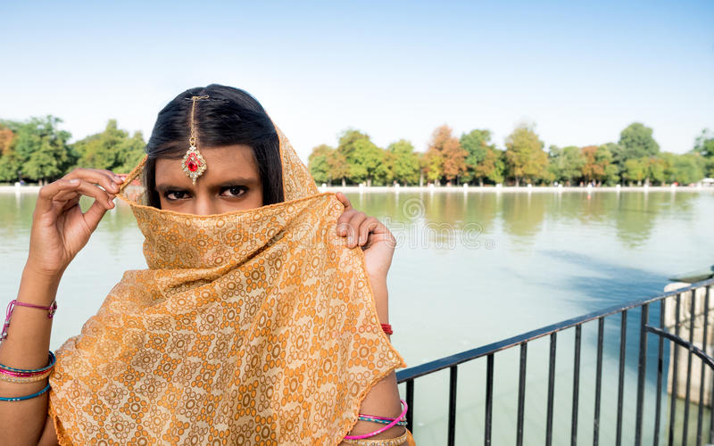 有好的眼睛的神奇和传统印地安妇女 免版税库存照片