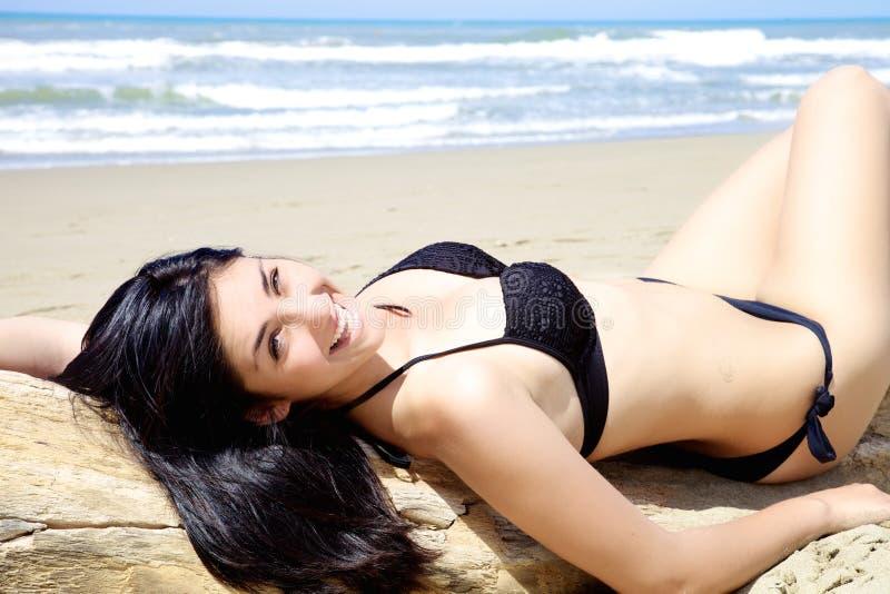 有好的身体的美丽的在愉快的海滩的妇女和比基尼泳装 免版税库存照片