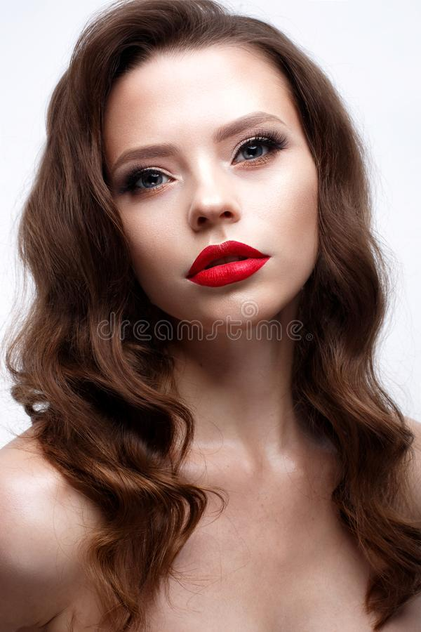 有好莱坞波浪和经典构成的一个女孩 与红色嘴唇和箭头的美好的模型在眼睛 晚上构成和hairst 免版税库存照片