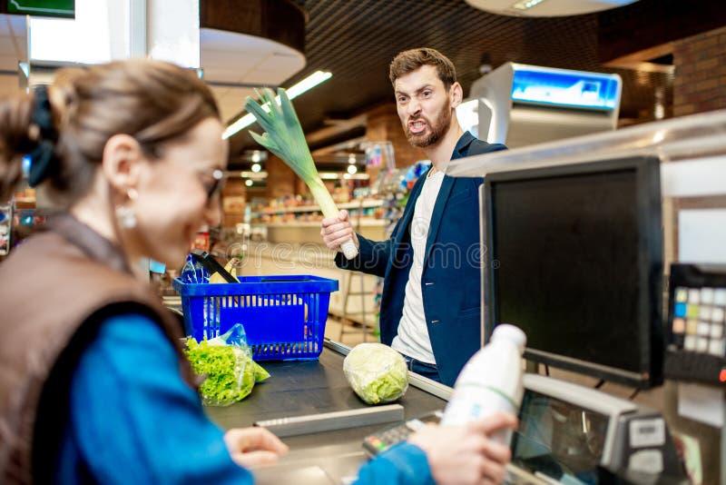 有妇女出纳员的人在收款机在超级市场 图库摄影