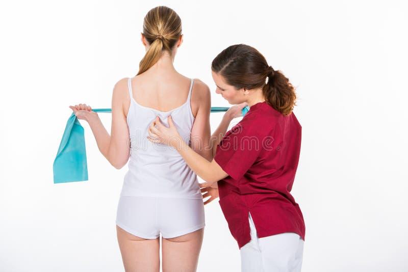 有妇女患者的生理治疗师 免版税库存照片
