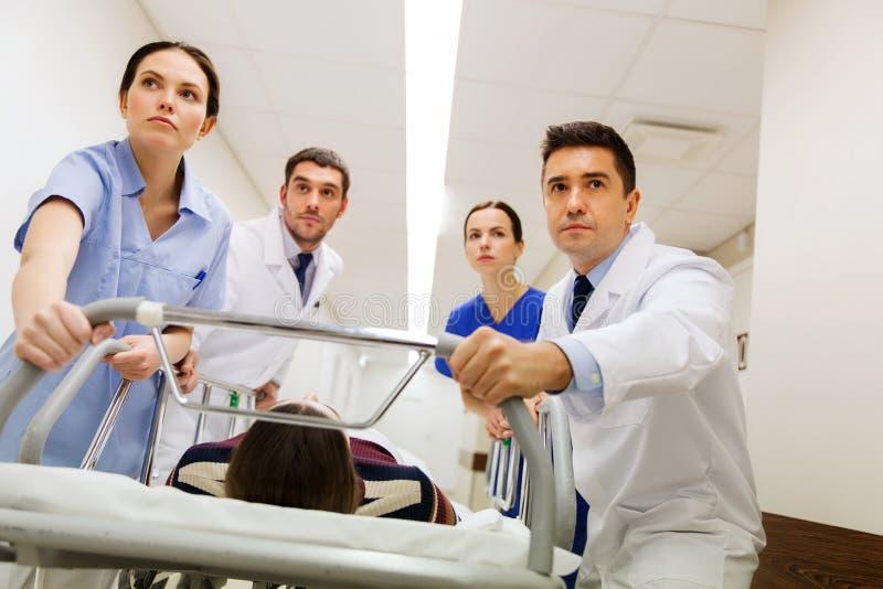 有妇女的军医在紧急状态的医院盖尼式床的 图库摄影
