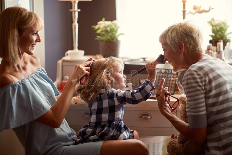 有妈妈的孩子到获得的祖母的参观的乐趣 免版税库存照片