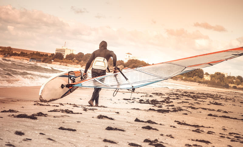 有委员会的风帆冲浪者海滩海边后面视图海风帆冲浪的体育的 图库摄影