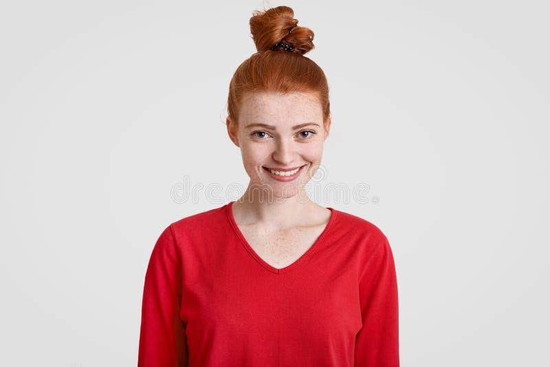 有姜头发结的,有雀斑的皮肤快乐的可爱的少年,穿戴在偶然红色毛线衣,在好心情有日期w 免版税库存图片
