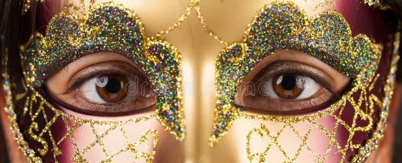 有威尼斯式面具的妇女 免版税库存照片