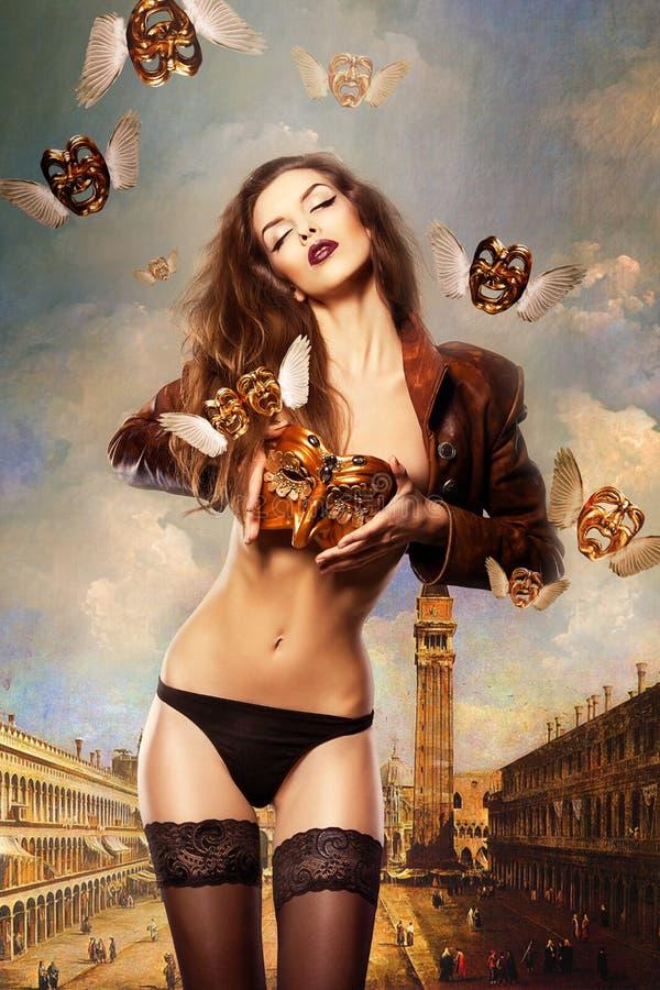 有威尼斯式面具的美丽的性感的妇女在威尼斯 免版税库存图片