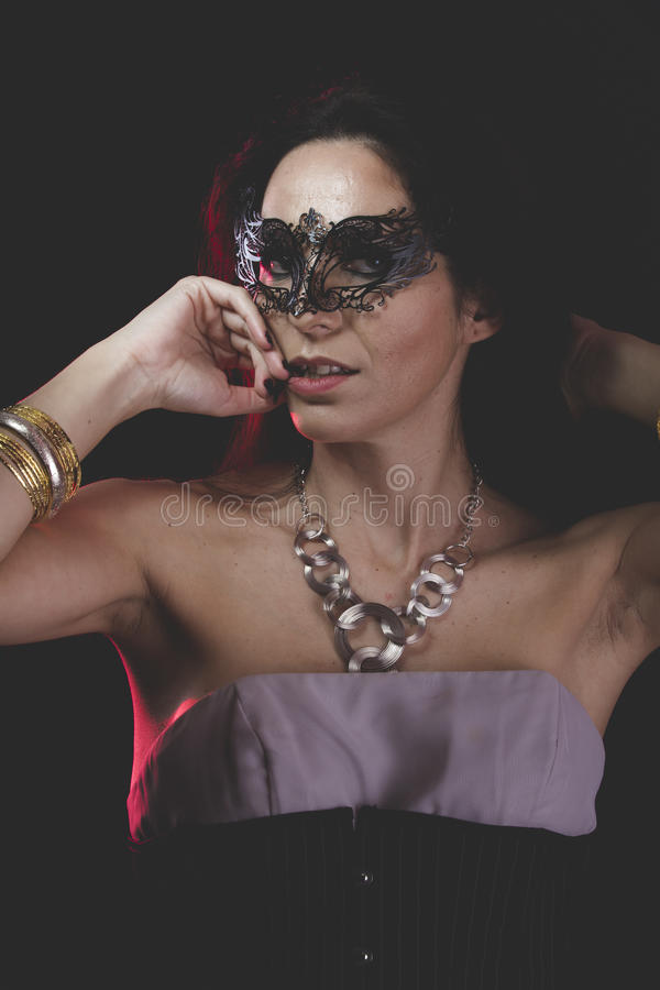 有威尼斯式面具金属的妇女,哀伤和沉思 免版税库存图片