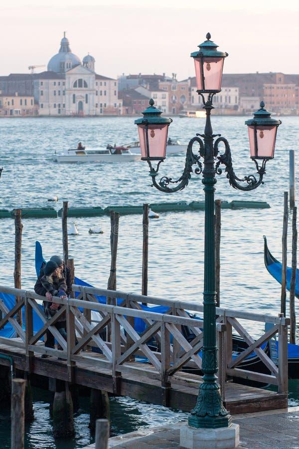 有威尼斯盐水湖的葡萄酒路灯柱在背景中在威尼斯,意大利 库存照片