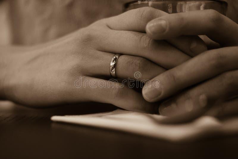 有婚戒特写镜头的妇女的手 免版税库存照片