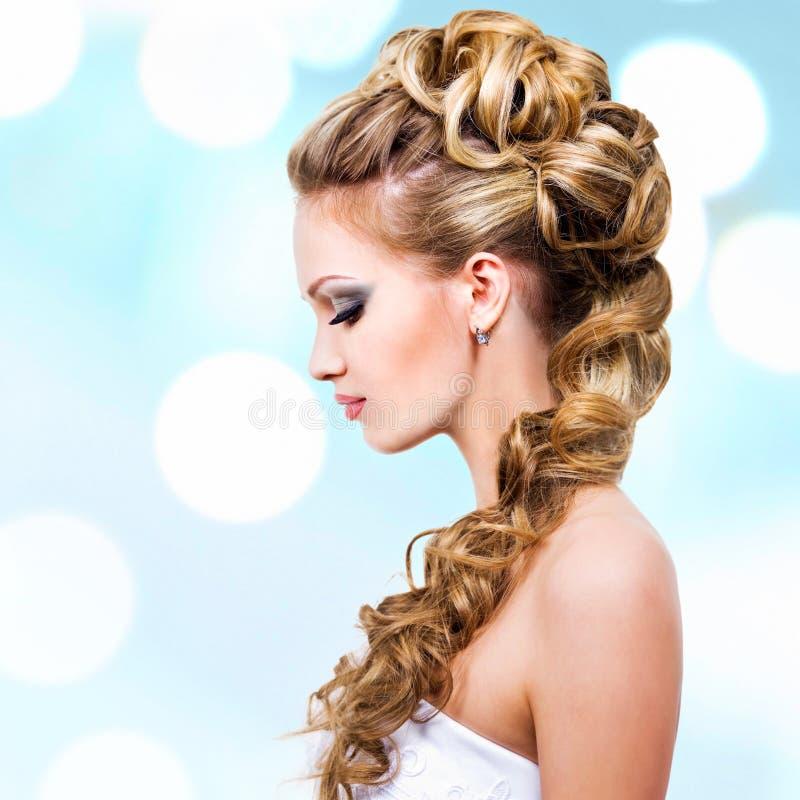 有婚礼发型的妇女 免版税库存图片