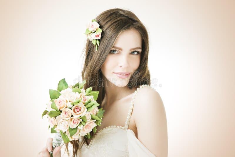 有婚礼花束的美丽的新娘 图库摄影
