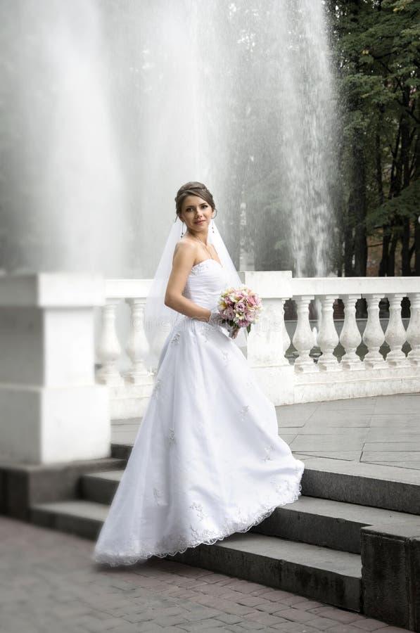 有婚礼花束的美丽的新娘 免版税库存照片