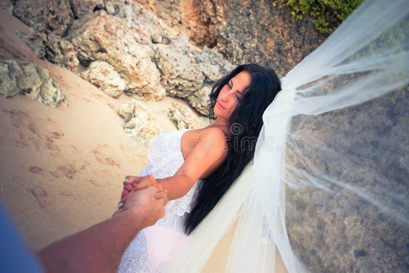 有婚礼面纱的新娘 免版税库存图片