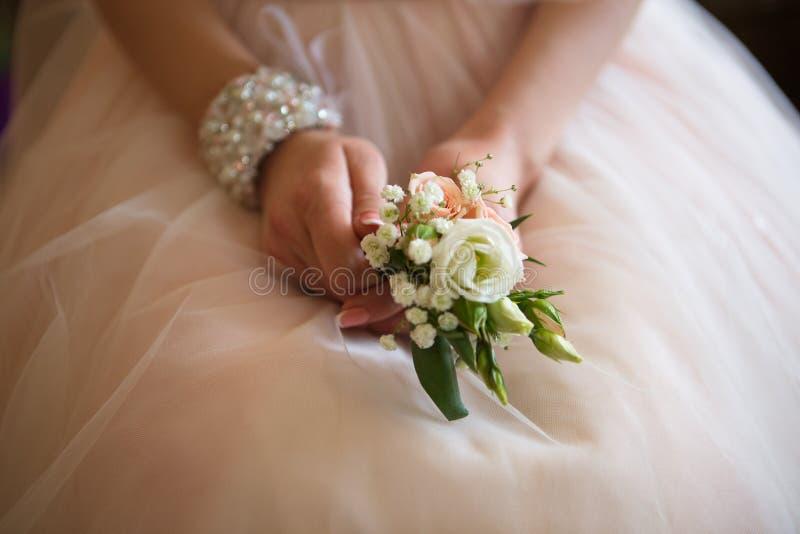 有婚礼bouqet的手 库存图片