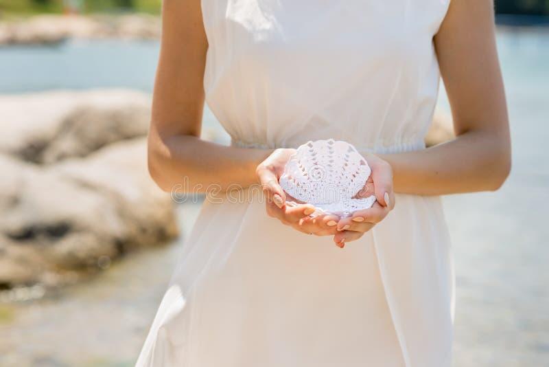 有婚礼seashels冠和花束的新娘  库存图片