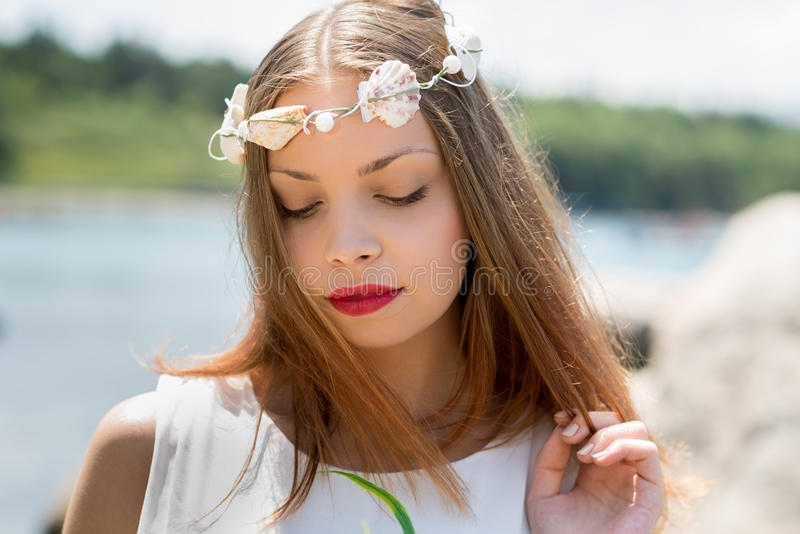 有婚礼seashels冠和花束的新娘  免版税库存照片