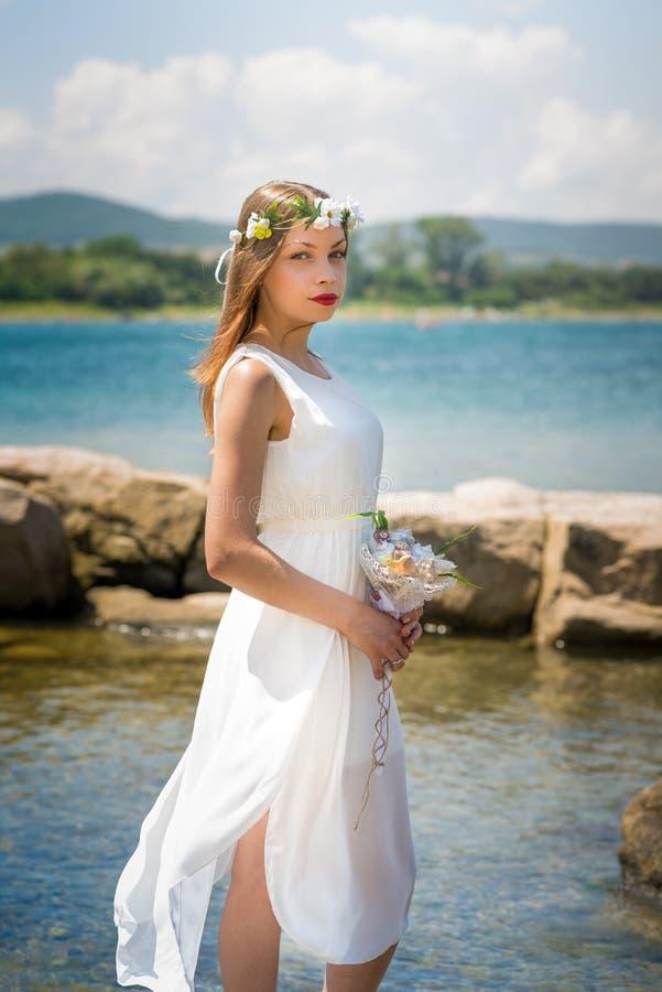 有婚礼seashels冠和花束的新娘  图库摄影