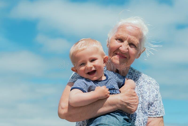 有婴孩的年长妇女 免版税图库摄影