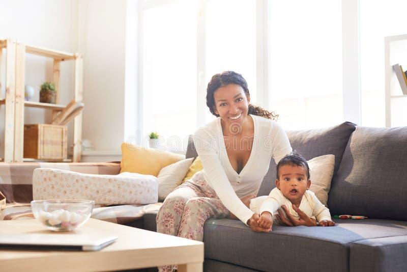 有婴孩的愉快的母亲 免版税库存图片