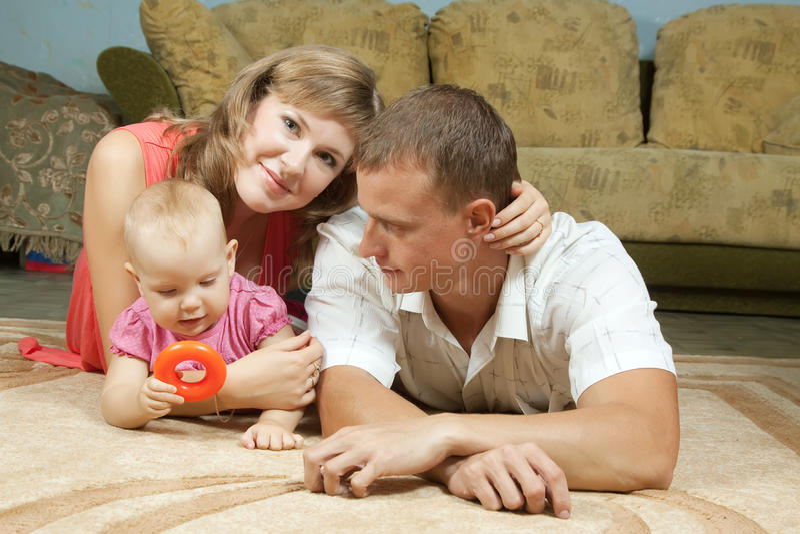有婴孩的愉快的父项 库存图片