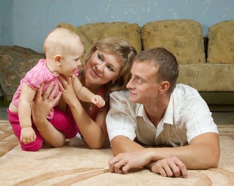 有婴孩的父项在家 库存图片
