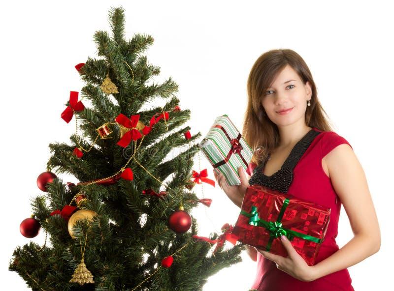 有存在的美丽的妇女临近圣诞树 库存照片