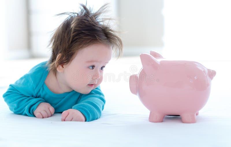 有存钱罐的男婴 免版税库存照片
