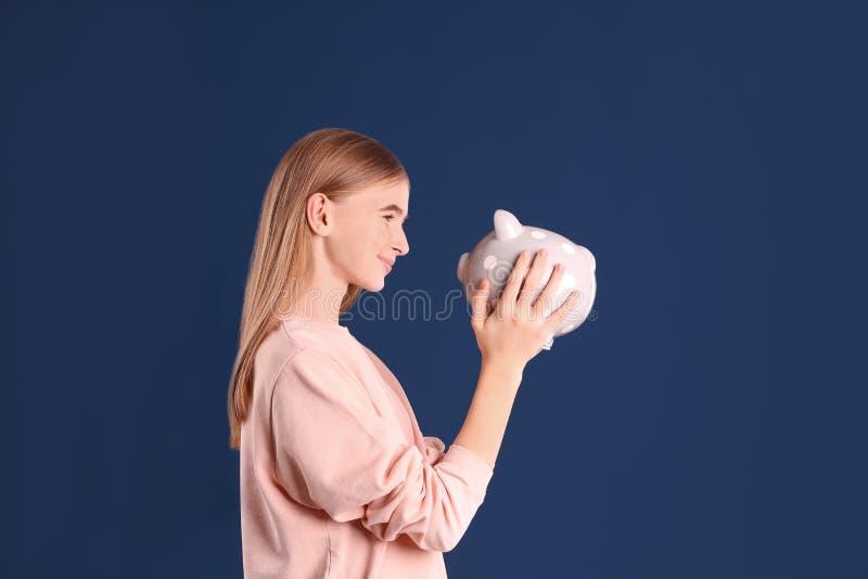 有存钱罐的青少年的女孩 免版税库存图片
