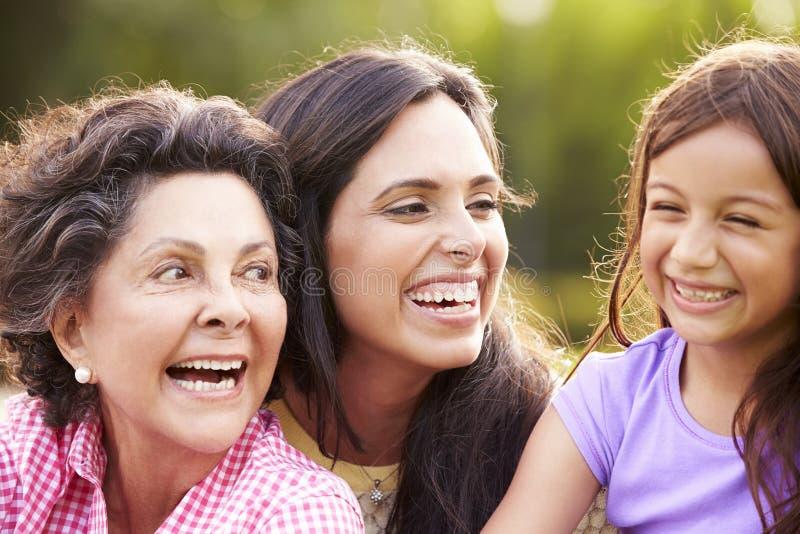 有孙女和母亲的祖母在公园 库存照片