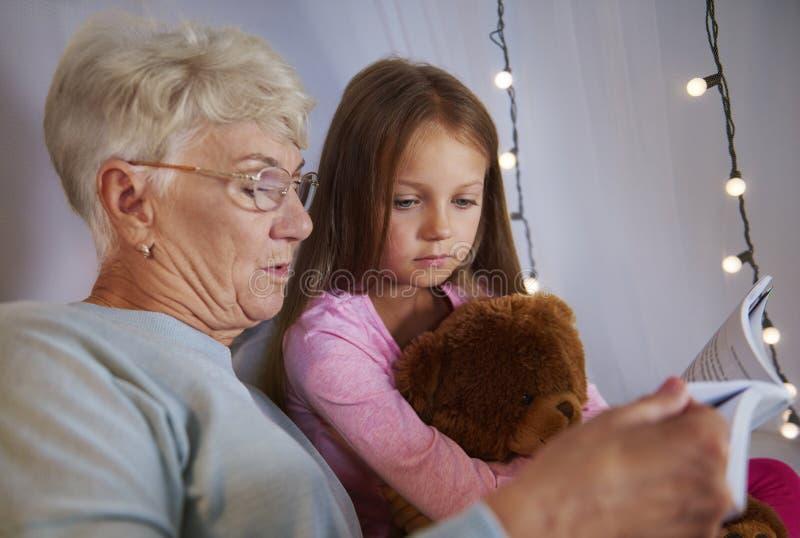有孙女的祖母 库存照片