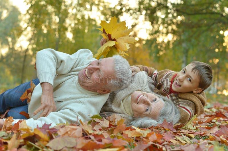 有孙子的愉快的祖父母 免版税图库摄影